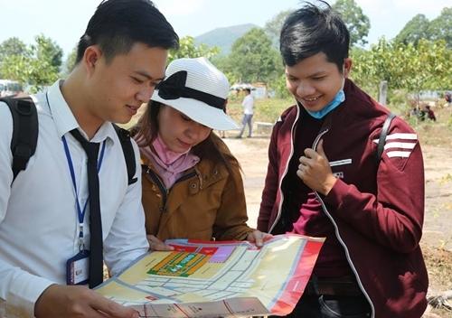 Nhân viên Địa ốc Alibaba giới thiệu dự án tại huyện Tân Thành, Bà Rịa - Vũng Tàu. Ảnh: Fanpage Địa Ốc Alibaba.