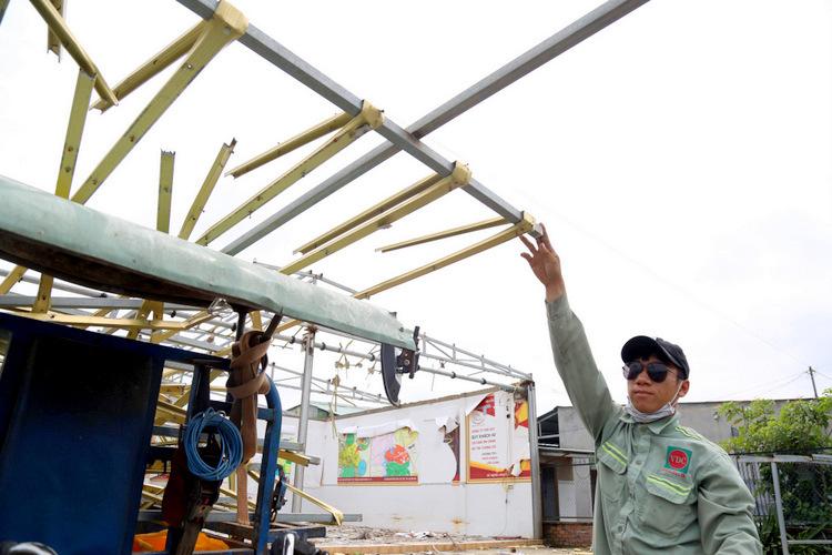 Công ty cổ phần địa ốc Alibaba tháo dỡ văn phòng xây dựng trái phép ở xã Long Phước, huyện Long Thành sáng 19/9. Ảnh Phước Tuấn.