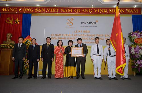 Đại diện Bắc Á Bank đón nhận huân chương lao động hạng ba.