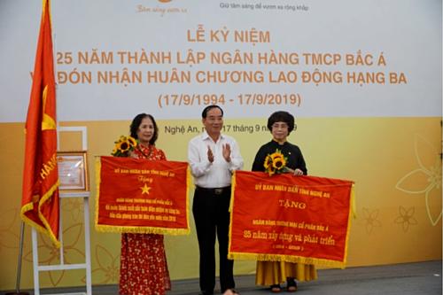 Lãnh đạo hội đồng nhân dân tỉnh Nghệ An trao cờ thi đua cho Bắc Á Bank.