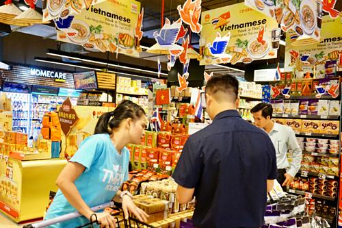 Gian hàng bán thực phẩm khô,chế biến của Việt Nam trong một siêu thị tại Bangkok. Ảnh: Viễn Thông
