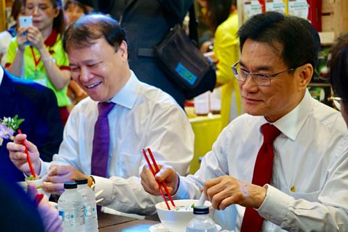 Phó thủ tướng, Bộ trưởng Bộ Thương mại Thái Lan Jurin Laksanawisit (bên phải) cùng ngồi ăn phở với Thứ trưởng Bộ Công thương Việt Nam Đỗ Thắng Hải chiều 18/9. Ảnh: Viễn Thông