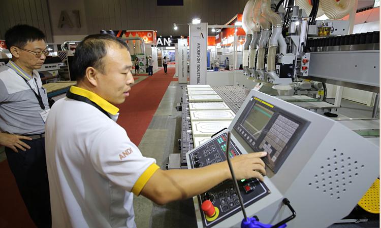 Máy móc công nghệ cao triển lãm tại VietnamWood 2019. Ảnh: Qúy Hòa