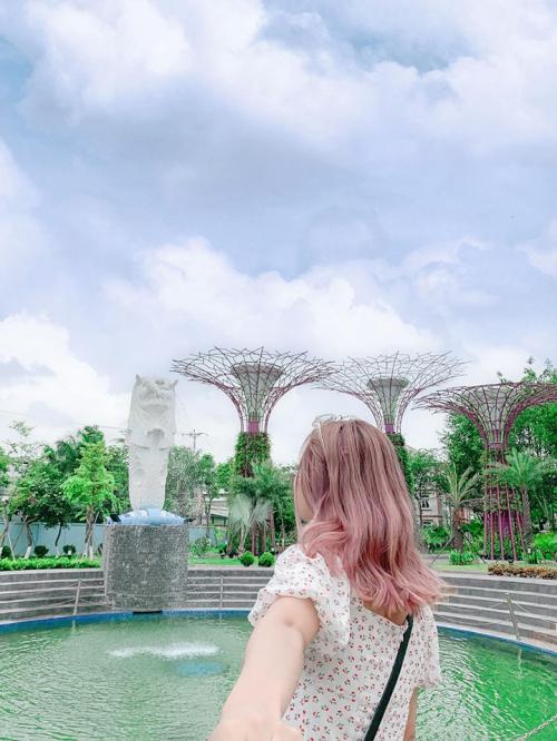 Merlion Park và Garden By the Bay, điểm sống ảo được các bạn trẻ vô cùng yêu thích. Cách trung tâm Hà Nội chưa đầy 8km mà cứ ngỡ như lạc đến Singapore hoa lệ