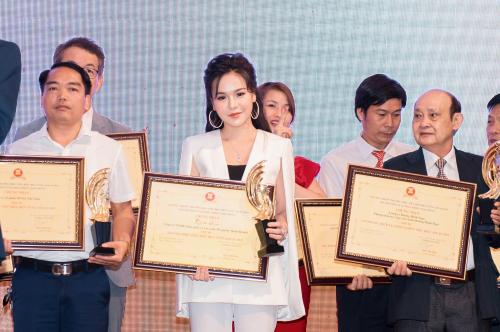 Đại diện Công ty mỹ phẩm Moon Beauty tại sự kiện trao giải.