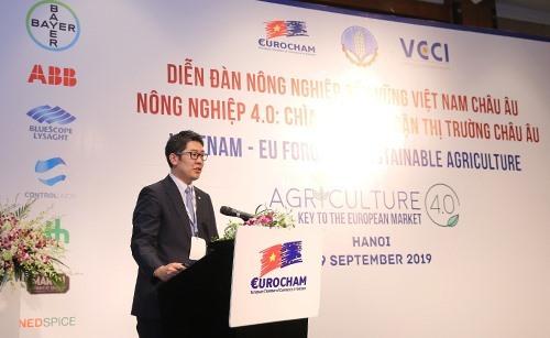 Ông Kohei Sakata - Giám đốc Chiến lược Kỹ thuật số khu vực châu Á Thái Bình Dương, nhánh Khoa học Cây trồng của Tập đoàn Bayer trình bày về nông nghiệp bền vững và giải pháp cho nông hộ Việt Nam tại hội thảo.