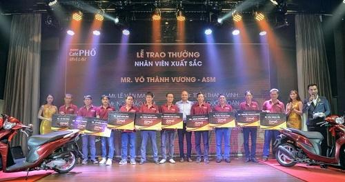 Ông ... - ... (giữa) trao biểu trưng tặng xe máy cho nhân viên tại sự kiện ngày 17/9 ở TP HCM.