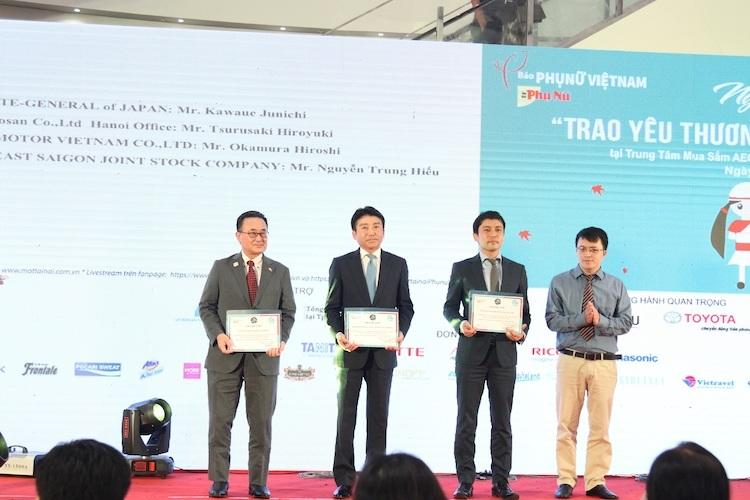 Ông Hiroshi Okamura - Đại diện Toyota Việt Nam (thứ hai từ phải sang) nhận thư cảm ơn từ ban tổ chức chương trình Mottainai 2019.