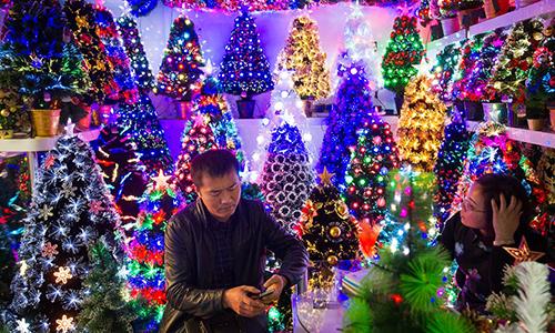 Đèn trang trí cây thông Noel được bày bán tạichợ ở thành phố Nghĩa Ô (Trung Quốc). Đây là một trong những mặt hàng được Mỹ miễn thuế đợt này. Ảnh: Jazeera.