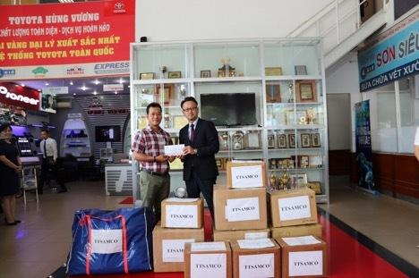 Đại diện Công đoàn Toyota Việt Nam trao quà tới Chương trình Mottainai 2019.