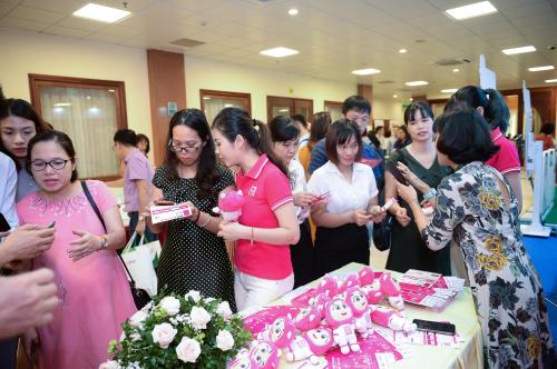 Đại biểu hội nghị tham quan gian hàng giới thiệu sản phẩm, giải pháp của MoMo.