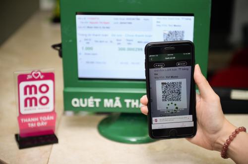 Thanh toán qua ví điện tử MoMo bằng cách quét mã QR.