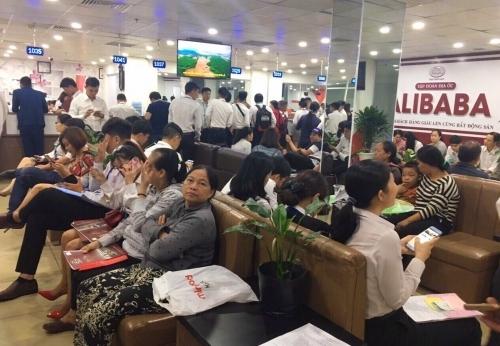 Khách hàng đến giao dịch tại văn phòng Địa ốc Alibaba. Ảnh: Website Tapdoandiaocalibaba.com.