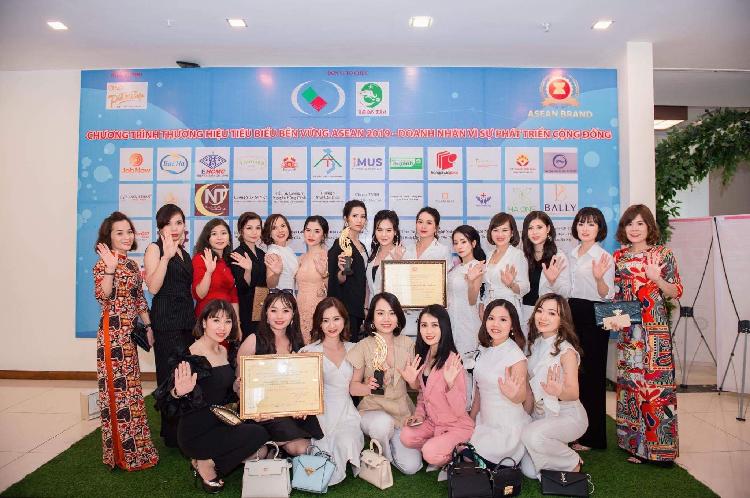 Đội ngũ nhân viên Công ty TNHH phân phối và sản xuất mỹ phẩm Moon Beauty.