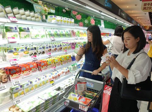 Quầy sản phẩm sữa chua của Vinamilk được trưng bày bắt mắt tại siêu thị Hợp Mã, Hồ Nam.