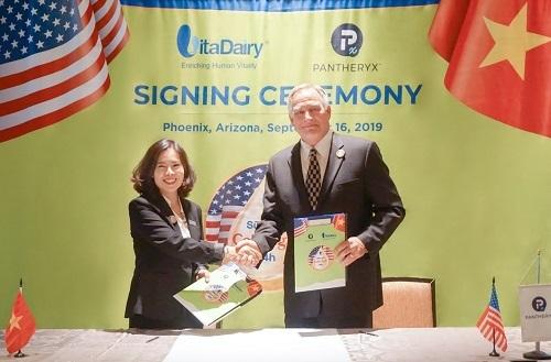 Bà Nguyễn Thị Hà – Tổng Giám đốc công ty VitaDairy Việt Nam và đại diện tập đoàn sữa non hàng đầu Mỹ tại lễ ký kết.