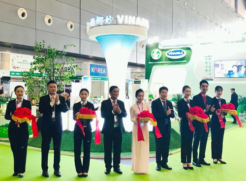 Các đại biểu thực hiện nghi thức khai trương khu vực giới thiệu sản phẩm của Vinamilk tại triển lãm.