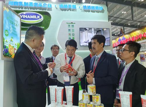 Đoàn đại biểu tìm hiểu về hơn 20 loại sản phẩm Vinamilk giới thiệu như Sữa chua, nước dừa, trà sữa... và đặc biệt là Hi! Café mới ra mắt tại Trung Quốc.