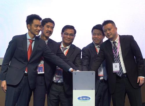 Đại diện Sở Thương mại Hồ Nam, Hiệp hội sữa Việt Nam, Vinamilk và đối tác cùng thực hiện nghi thức ra mắt thương hiệu Vinamilk thiết kế riêng cho thị trường Trung Quốc.
