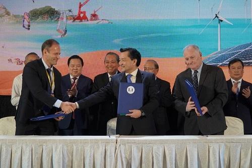 Lãnh đạo Bình Thuận ký ghi nhớ đầu tư với đối tác nước ngoài. Ảnh: Việt Quốc.