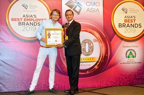 Ông Basker Rangachari, Giám đốc Trung tâm tiếp thị của FE CREDIT vinh dự nhận giải thưởng từ đại diện CMO Asia Awards
