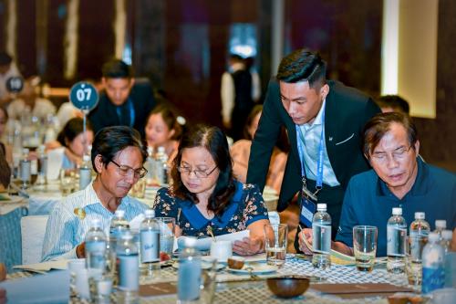 Nhà đầu tư tại Hà Nội xem xét thông tin về dự án King Bay tại sự kiện do nhà phát triển TLM Corp tổ chức ngày 29/6.