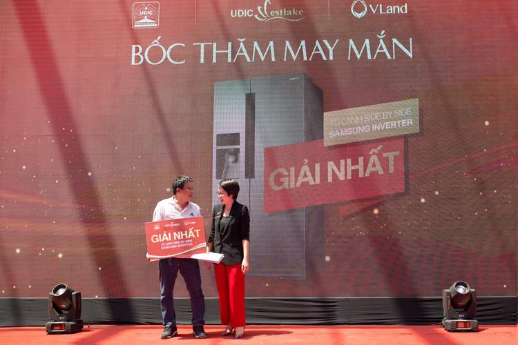 Anh Nguyễn Văn Quang (người được ủy quyền nhận giải) vui mừng khi là chủ nhân của giải nhất tại sự kiện ra mắt căn hộ mẫu