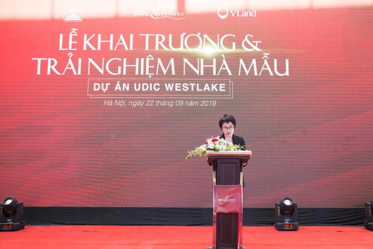 Bà Nguyễn Quỳnh Anh - Phó Tổng Giám đốc Công ty Cổ phần Đầu tư & Kinh doanh Bất động sản VLand Việt Nam đại diện đơn vị tư vấn bán hàng phát biểu tại sự kiện ra mắt căn hộ mẫu dự án UDIC Westlake