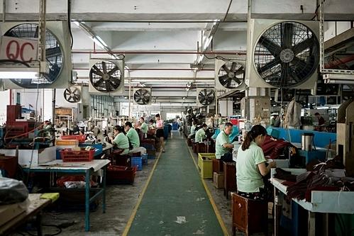 Công nhân một nhà máy giày tại Đông Hoản. Ảnh: NYT