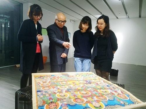 Trang cùng các cộng sự là những nhà thiết kế tâm huyết với văn hóa truyền thống cùng nhau thực hiện dự án Họa sắc Việt.