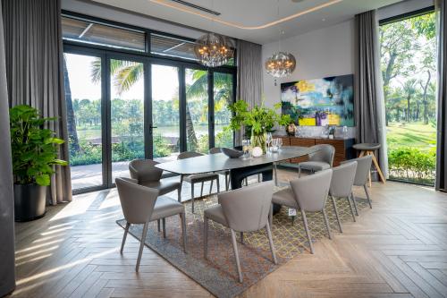 Các kiến trúc sư tài ba đã khéo léo thiết kế phần lớn không gian trong nhà đều hướng nhìn ra sân vườn và mặt hồ, tận dụng tối đa ánh sáng tự nhiên và không khí trong lành. Không gian sống khoáng đạt, căng tràn ánh sáng tới từng góc nhỏ trong căn biệt thự.