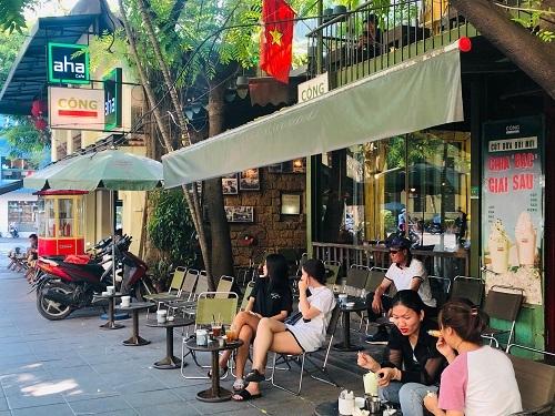 Hai quán cà phê nhượng quyền nằm sát nhau trên đường Quán Sứ, Hà Nội. Ảnh: Quỳnh Trang
