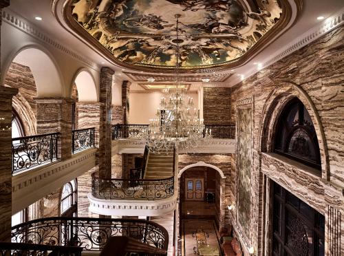 Đại sảnh với nhiều chi tiết đắt giá và chiều cao lên đến 12,5m tại D'. Palais Louis