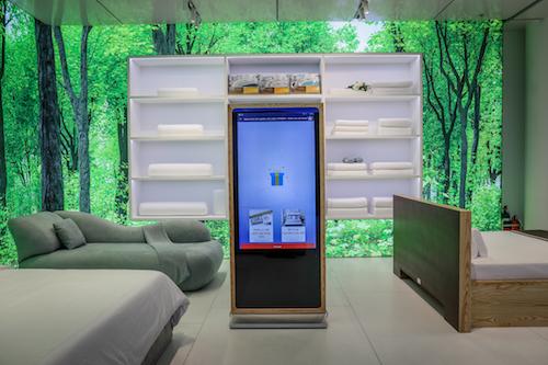 Showroom có 3 màn hình cảm ứng kích thước lớn, người dùng có thể truy cập để tìm hiểu thông tin sản phẩm.