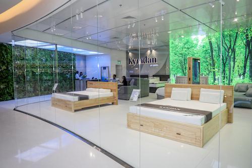 Bức tường kính giúp khách hàng cách biệt hoàn toàn với âm thanh bên ngoài.