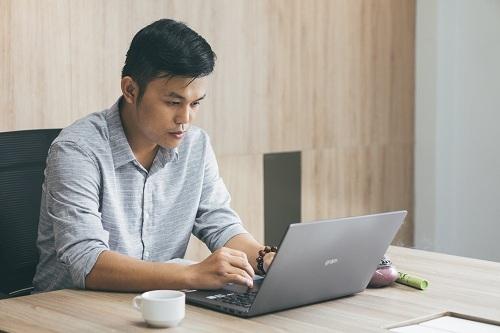 Nguyễn Văn Thiện đam mê với sản phẩm Nhang Xanh.