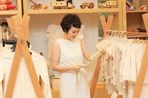 Thu Hiền tại cửa hàng thời trang hữu cơ mang tên Mimi.
