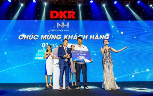 Đại diện DKR đã trao tặng xe ô tô Mercedes Benz C200 cho khách hàng may mắn nhất tại sự kiện. Thông tin chi tiết tham khảo tại website: www.nhonhoinewcity.com.vn