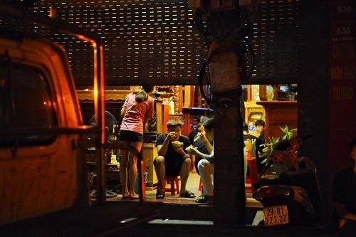 Thực khách bó gối trong các quán xôi chui tại Hà Nội. Ảnh:Giang Huy