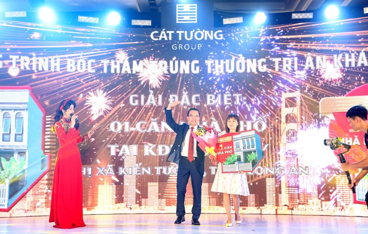 Chị Trịnh Thị Hợp đến từ Bình Phước (ngoài cùng bên phải)là khách hàng trúng giải thưởng đặc biệt tại sự kiện.