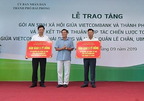 Đại diện Vietcombank trao tặng 10 tỷ đồng cho chương trìnhan sinh xã hội của Hải Phòng.