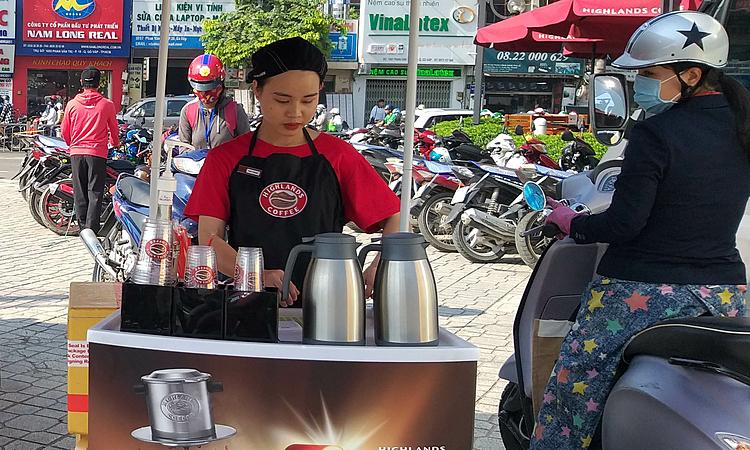 Quầy cà phê bên lề Nguyễn Oanh của Highlands Coffee. Ảnh: Thi Hà.