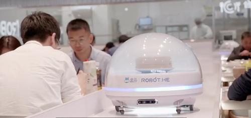 Robot phục vụ thay nhiên viên tại khách sạn.