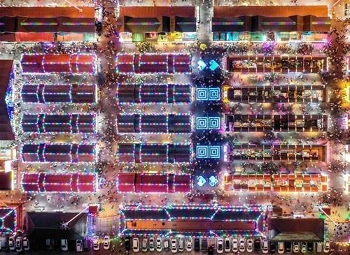 Một chợ đêm tại Thẩm Dương (Trung Quốc) nhìn từ trên cao. Ảnh: Xinhua