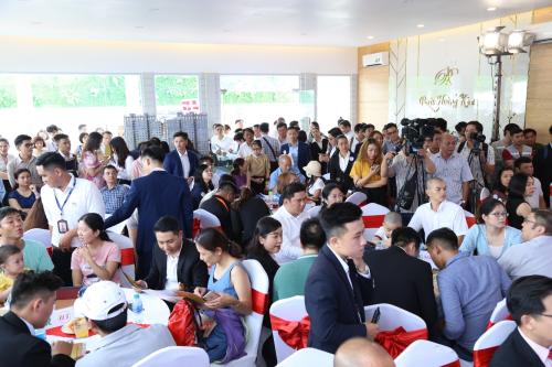 Sự kiện thu hút hàng trăm khách hàng tham dự.