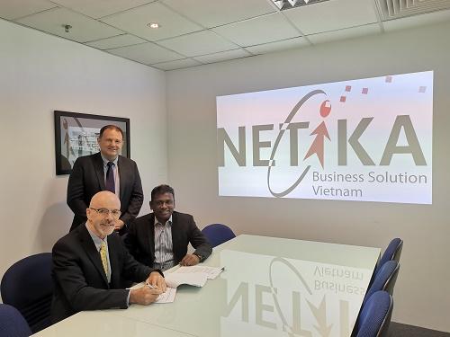 Đại diện hai doanh nghiệp tại buổi ký kết hợp tác.