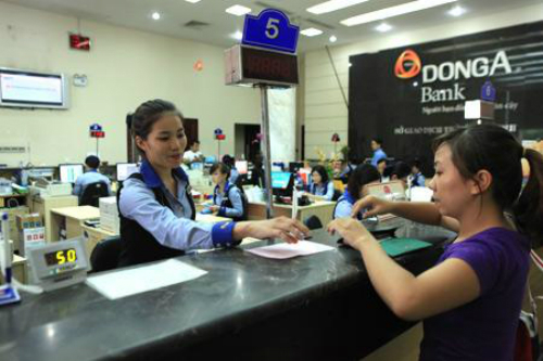 Giao dịch tại Ngân hàng Đông Á TP HCM. Ảnh: QH.