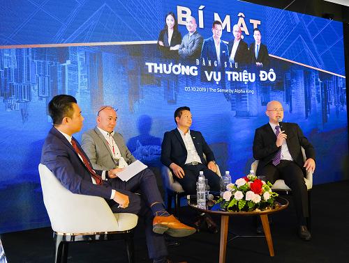 Ông Sử Ngọc Khương, ông Phạm Thanh Hưng và ông Danny Võ (thứ 2, 3, 4từ trái qua) chia sẻ những câu chuyện thực tế với 200 thành viên Alpha Star Club.