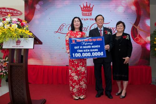 Công ty TNHH Nệm Vạn Thành đã trao tặng cho Quỹ người nghèo tỉnh Kiên Giang số tiền 100 triệu đồng nhân dịp khai trương.