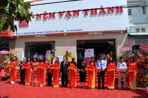 Đại diện công ty cắt băng khai trương showroom và văn phòng chi nhánh tại Kiên Giang